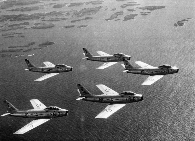 Luftfoto av fem F-86F Sabre tilhørende 331 skv  i formasjon.  FN-O ser 53-1141 FN-R ser 53-1104 FN-F ser 53-1078 FN-X ser 52-5167 FN-Z ser 53-1169 Se også NL.03010013-14-15                 NL.04160038-39-40                 NL.99330067