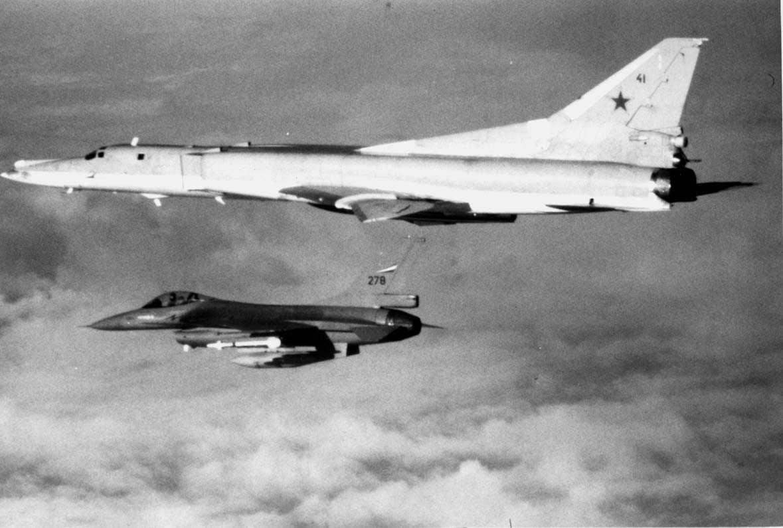 Luftfoto.  F16 og en  Tupolev Tu - 22B  Backfire.