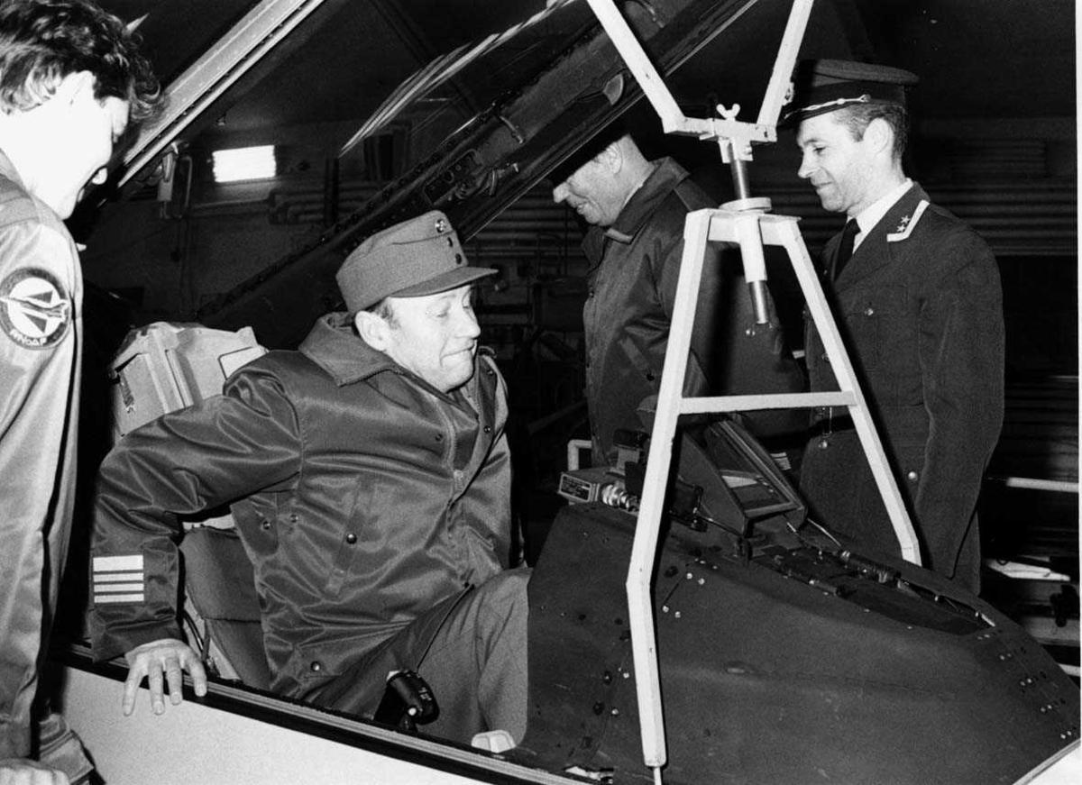 Lufthavn-flyplass   Fire personer, en setter seg i cockpiten på et fly.