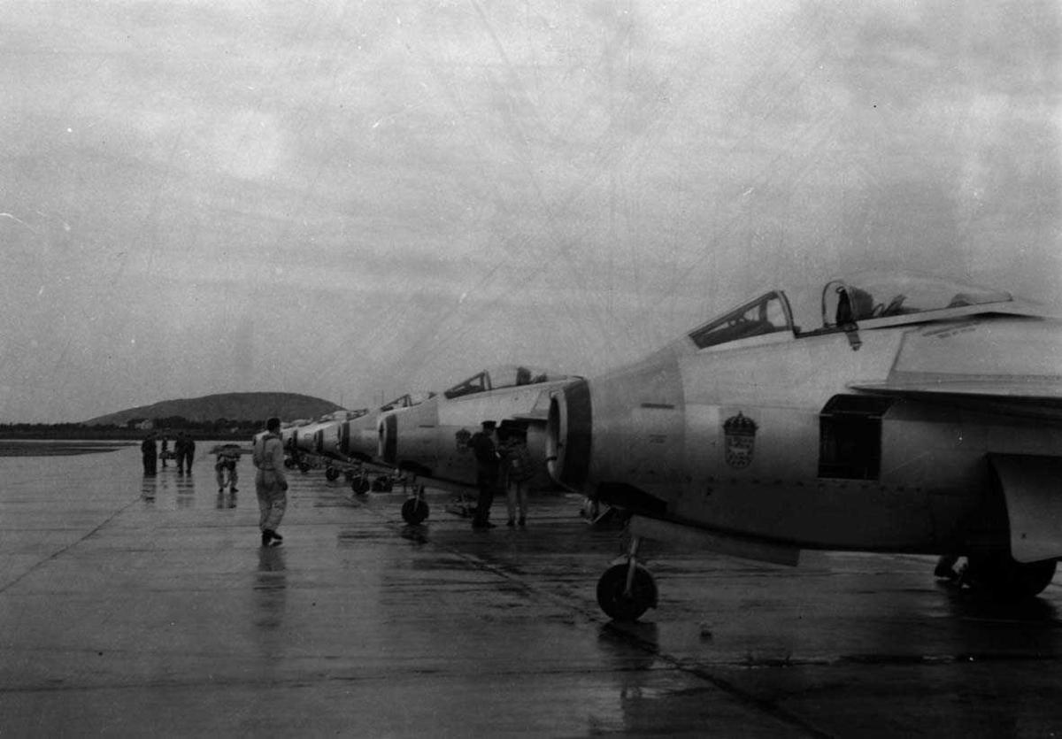 """Lufthavn-flyplass   Flere fly Saab 29/J29 """"Tunnan"""" ved siden av hverandre."""