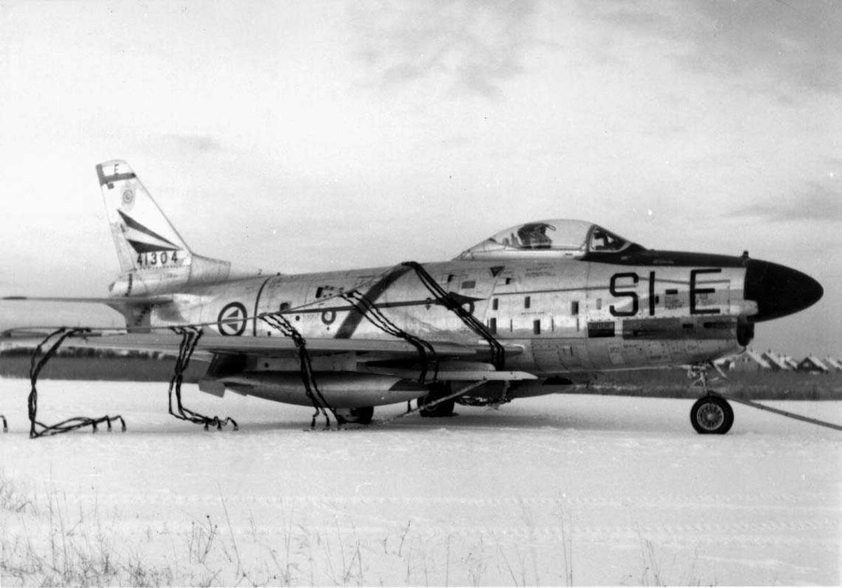 Lufthavn-flyplass.   En F-86K  SI-E  i bremsenettet.