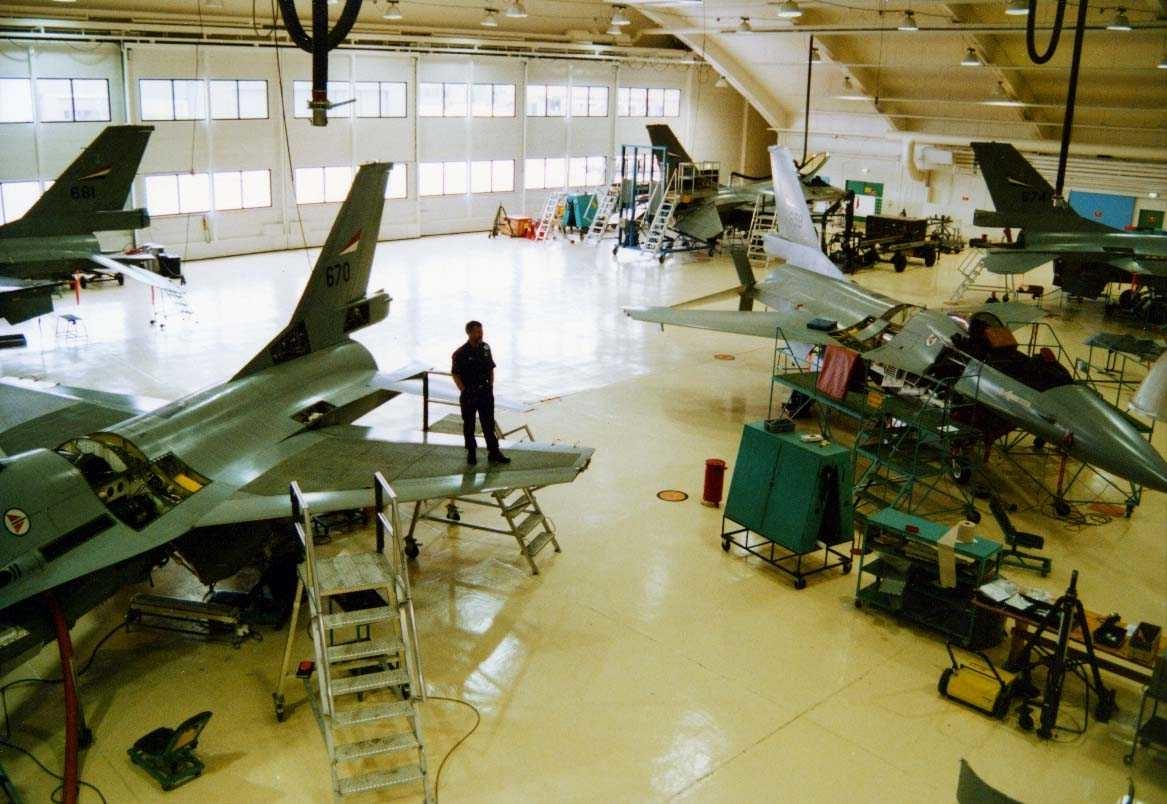 Lufthavn-flyplass.   Ettersyn på F-16  Flytekn.skv  hangar A.