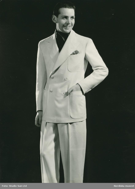 2f3396f0eee1 Porträtt av en man i vit kostym med dubbelknäppning. - Nordiska ...