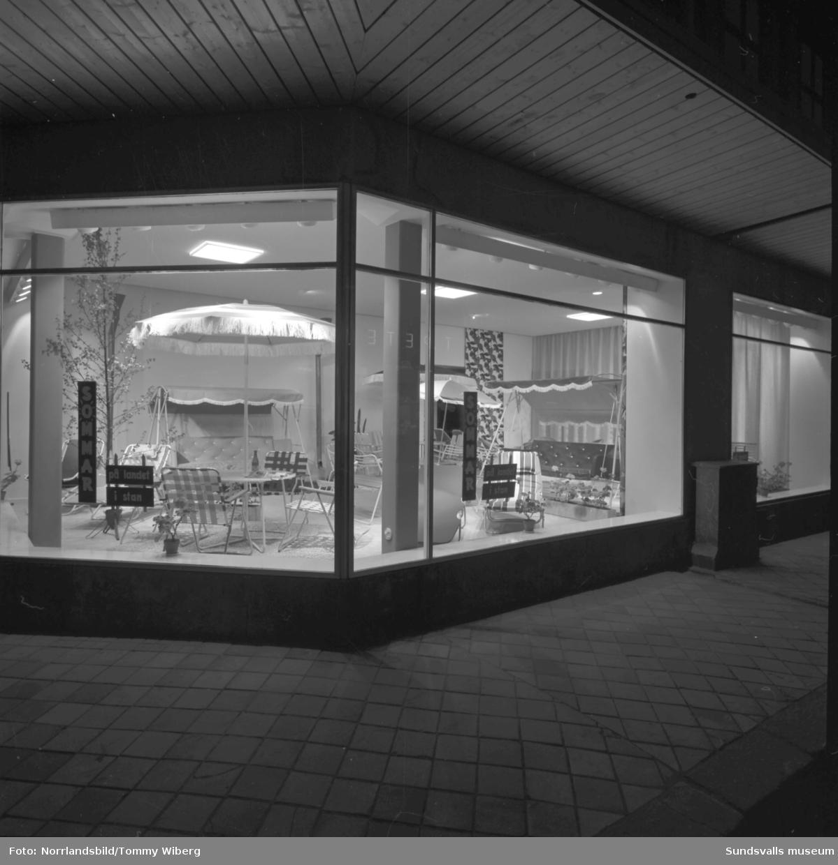 Forsbergs möbler i hörnan Nybrogatan-Kyrkogatan. Skyltfönster med trädgårdsmöbler.