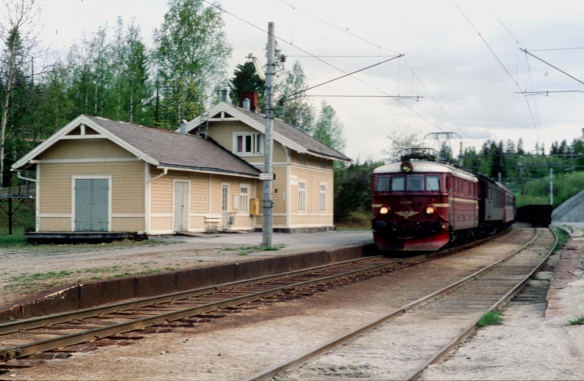 Persontog 208 Gjøvik - Oslo Ø på Breiskallen stasjon.
