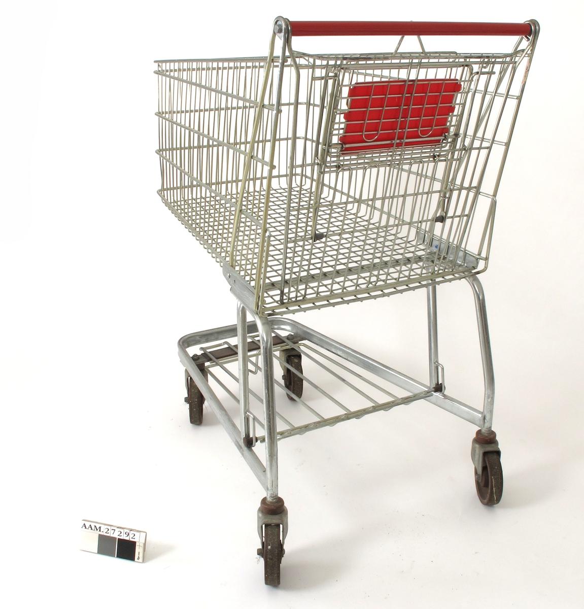 Stor handlekurv montert på stativ m.hjul.