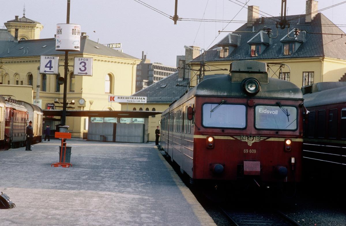 """NSB elektrisk motorvognsett type 69 på Oslo Vestbanestasjon. Etter at Oslotunnelen åpnet i 1980 ble det vanlig å hensette togsett som var i trafikk i Oslo Distrikt på Oslo V (som lå i Drammen distrikt). Togsettene ble kjørt som """"tomtog"""", dvs tog uten passasjerer, mellom Skøyen og Oslo V."""
