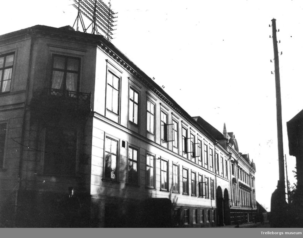 Vyer av Stadshotellet 1934 i Trelleborg. I hörnet Algatan-Corfitz Beck Friisgatan, i kv Herkules låg det gamla Stadshotellet, byggt på 1860-talet. Carl Schweitz, som redan var ägare till hotell Tre Lejon vid Gamla torg köpte i slutet av 1860-talet Stadshotellet. Hans efterträdare var Christian Lundström som 1898 lät bygga en teater i Corfitz Beck-Friisgatan.Teatern syns till höger på bilden. Båda byggnaderna revs 1968 för att ge plats åt Söderslätts Sparbank.