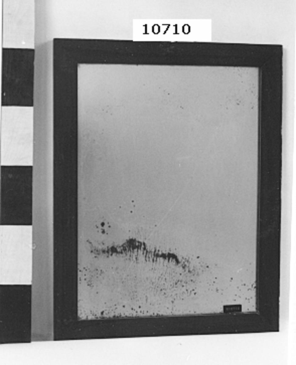 Spegel med ram av mahogny.