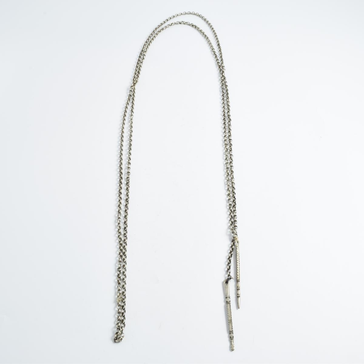 Lenke i sølv med spyd i hver ende.