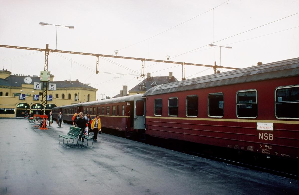 Reisende går ombord i hurtigtog 701, dagtoget til Stavanger, på Oslo V. Vogner type B4 og B68.