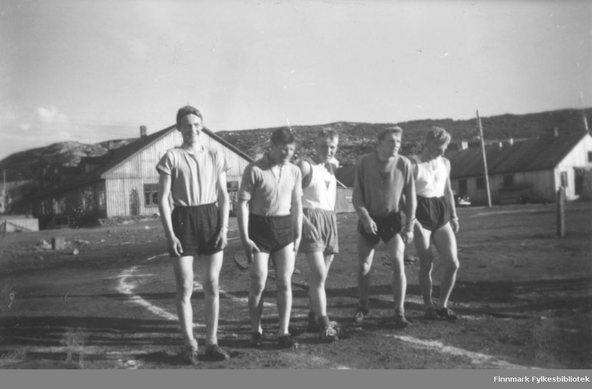 Løpere fra Vadsø turnforening på Kirkenes idrettsbane, antakelig på begynnelsen av 1950-tallet
