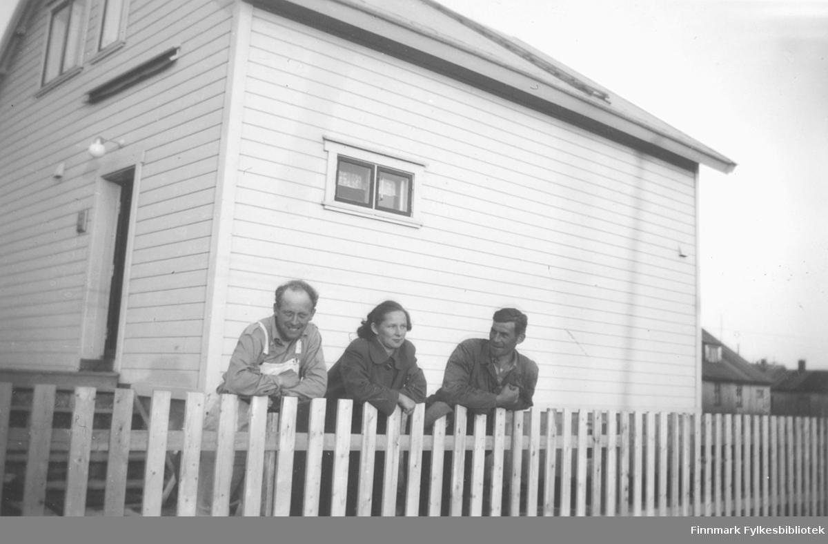 Utenfor familien Ebeltofts hus i Fosseveien 3 i Vadsø. Fra venstre: Fritz Ebeltoft sammen med naboene Elna og Gustav Iversen