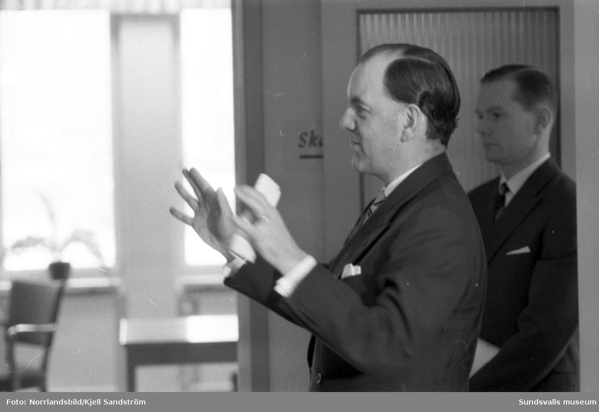 Mingelbilder från invigningen av det nybyggda Skandiahuset på Storgatan 31. Invigningen förrättades av Skandiakoncernens vd Bengt Petri, född i Sundsvall. På första bilden ses han i samspråk med Sundsvallskontorets kontorschef Alma Modin.