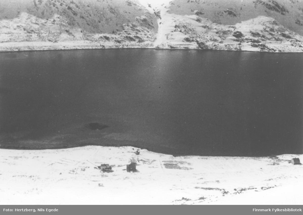 Dette hører og til Gamvik Kommune. Nærmest er eiendommene i Skjærlia. Våren 1948 ble det foretatt en befaring Vadsø - Smalfjord - Sjursjok - Ifjord - Bekkarfjord - Hopseidet - Mehamn - Kjøllefjord - Vadsø. Med på turen var Nils. E. Hertzberg, Johannes Foslund, Godtfred Karlsen. Se bildene 313-324. Utsikt. Hopseidet.