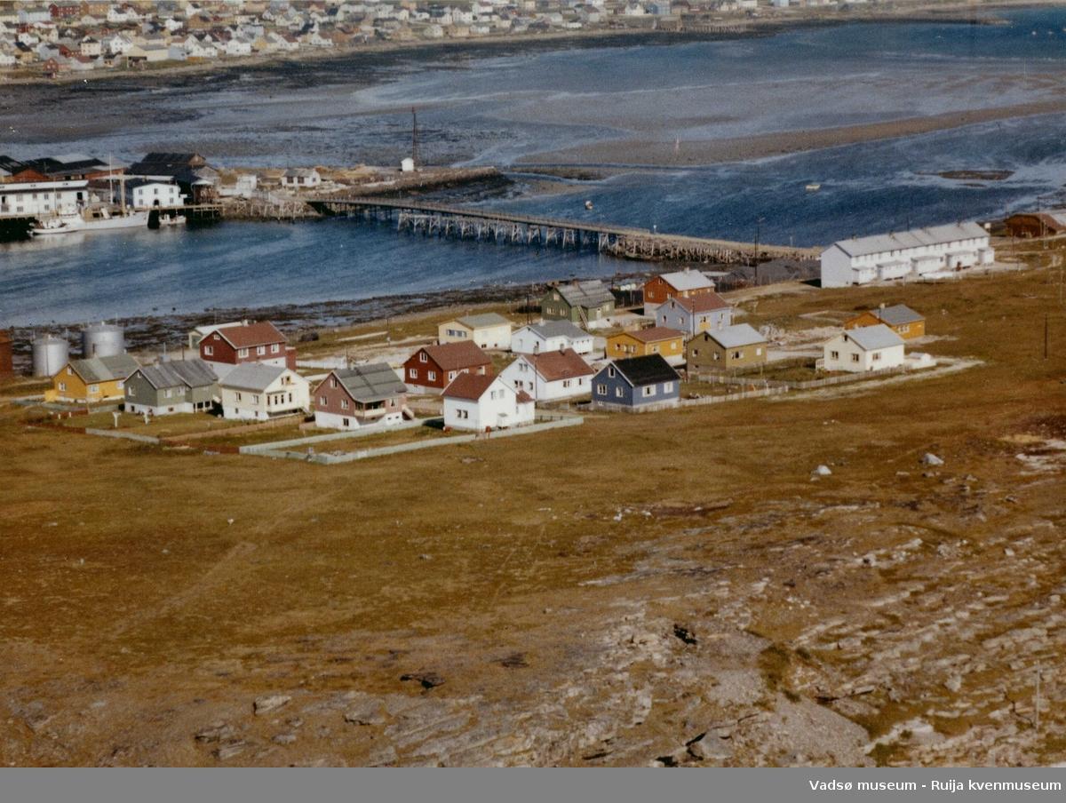 Flyfoto, Vadsøya med den gamle brua til Ørtangen, Vadsø by, 1963.