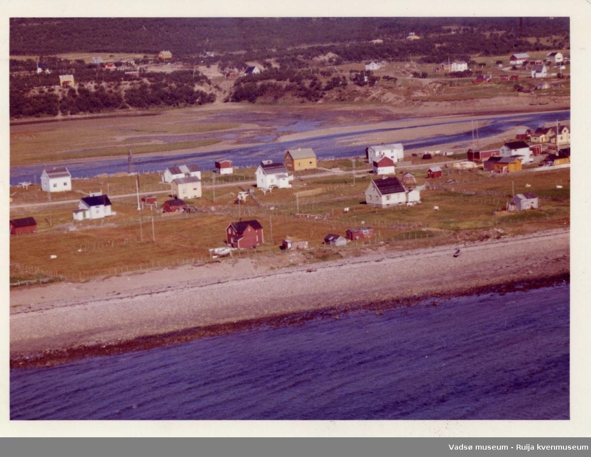 Flyfoto av Vestre Jakobselv vest, Vadsø kommune, 1963.
