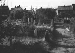 Kirkegården, nedre del mot Kirkegårdsveien. En del boliger s
