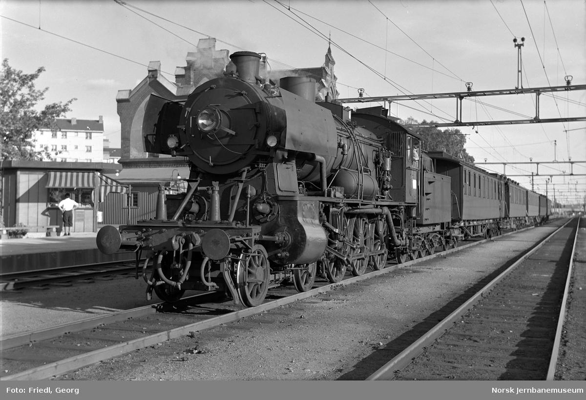 Damplokomotiv type 30c nr. 469 foran lokaltog til Hakadal på Grefsen stasjon