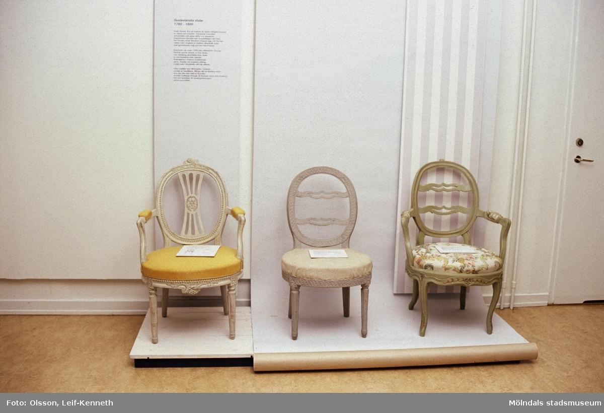 """Utställningen """"Lindomemöbler"""" på Mölndals Museum, Norra Forsåkersgatan 19, Mölndal, pågick från 27 mars till 27 november 1994. Lindome var ett västsvenskt centrum för möbeltillverkning under 1700- och 1800-talet. Det unika med lindomemöblerna är förutom deras höga kvalitet att stolarna från ca. 1790-1840 är signerade, vilket annars bara förekommer i Stockholm. Utställningen satte möblerna i ett stilhistoriskt, men också lokalhistoriskt sammanhang. Det visades även en del privatägda möbler som inte visats tidigare för en större publik."""