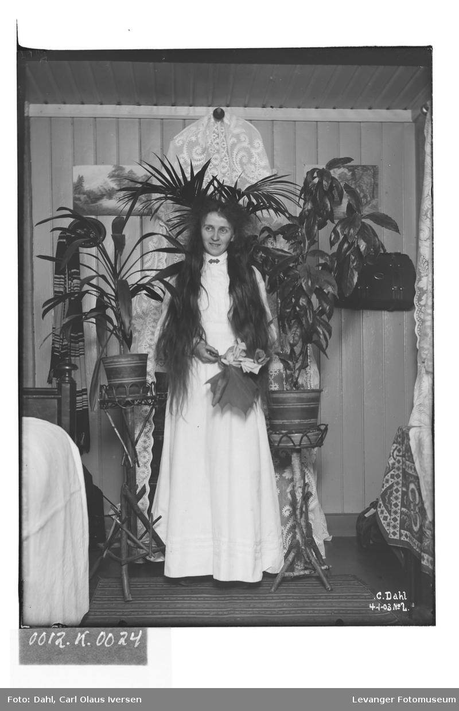Lil med utslått hår og hvit kjole på Carl Dahls værelse