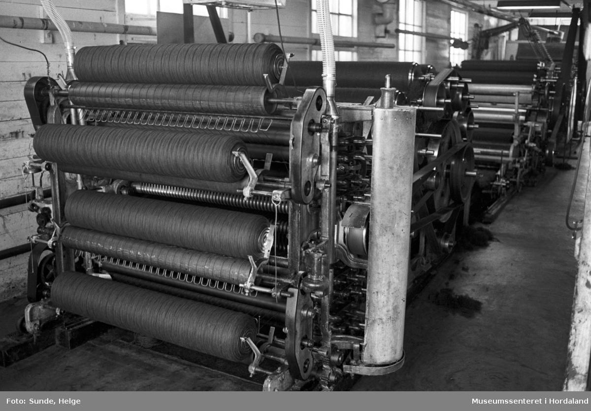Arbeidsliv ved Salhus Tricotagefabrik i Salhus, Bergen i 1976. Kardemaskin i 1900-bygget på Salhus Tricotagefabrik.