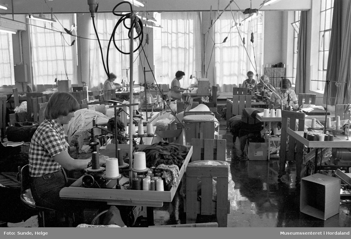 Arbeidsliv ved Salhus Tricotagefabrik i Salhus, Bergen i 1976. Syersker på ein av sysalane på Salhus Tricotagefabrik.