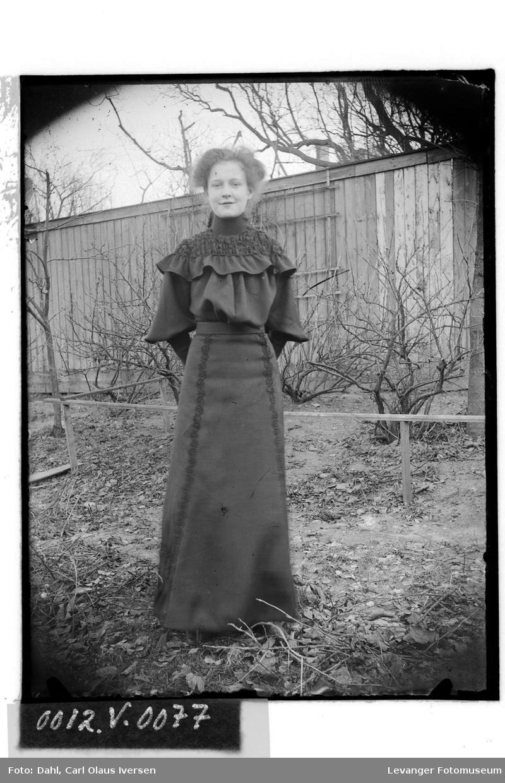 Ung kvinne ute i hagen