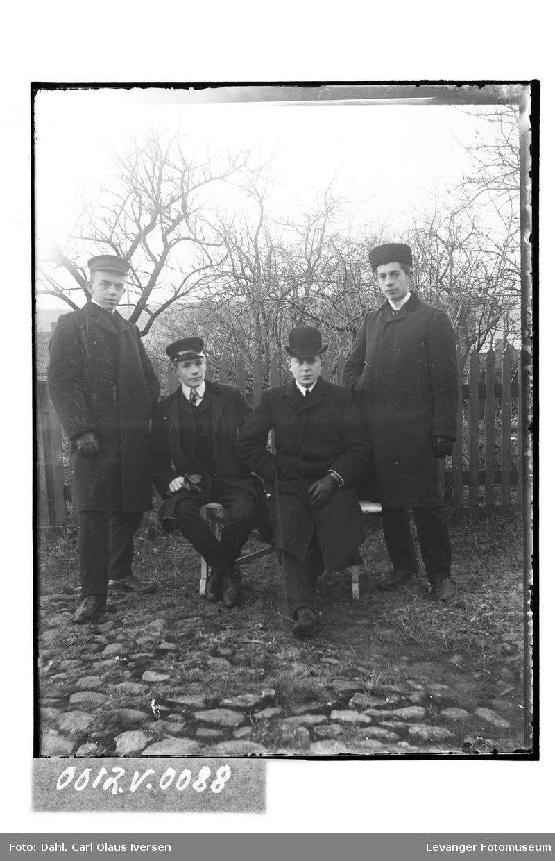Fire herrer med ulike hodeplagg
