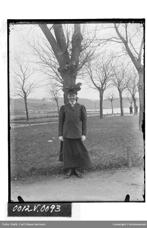 Ung kvinne med hatt
