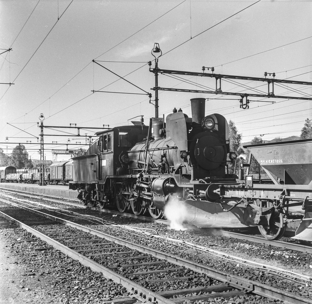 Damplok type 21e 207 med pukktog på Kongsberg stasjon.