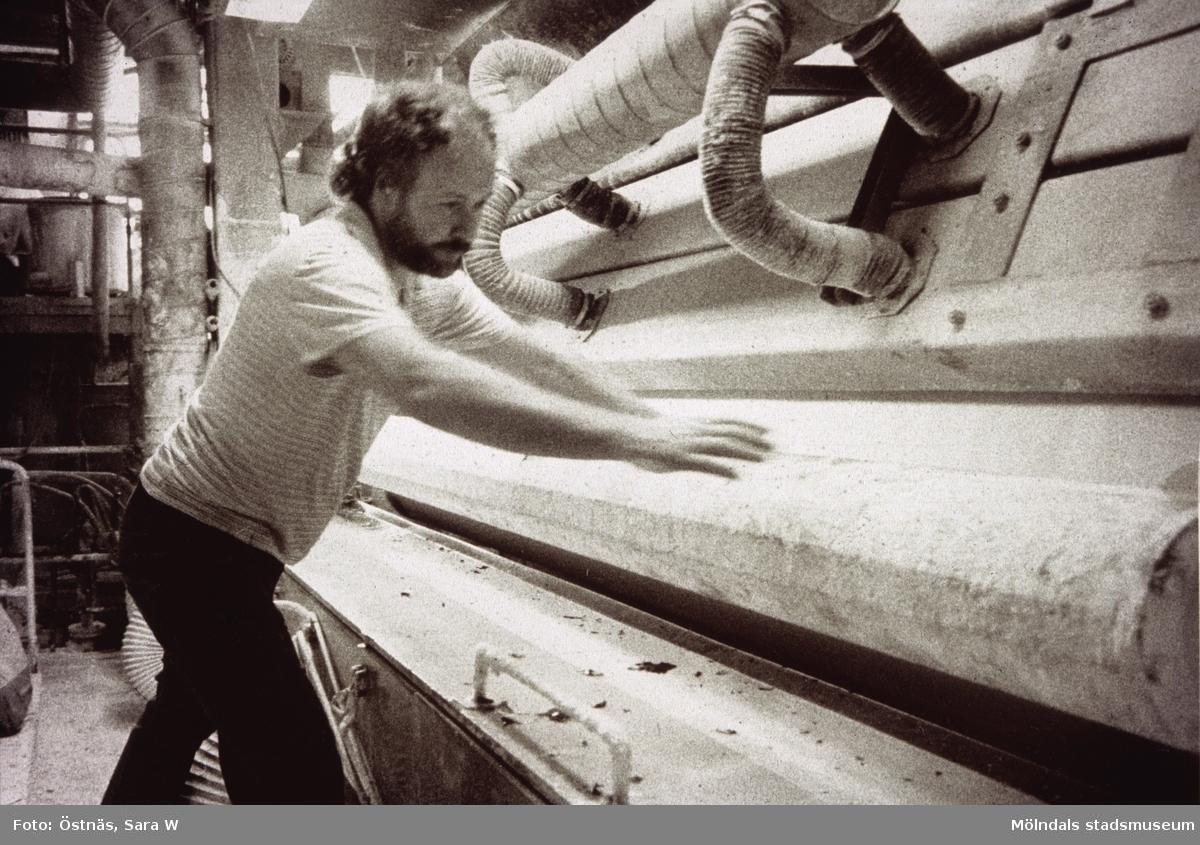 Juris Kuvalds i arbete vid maskin på Papyrus i Mölndal, år 1990.