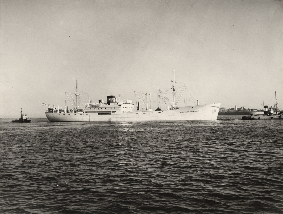 "Foto i svartvitt visande lastmotorfartyget ""MATHILDA THORDÉN"" taget i Köpenhamn under år 1954."