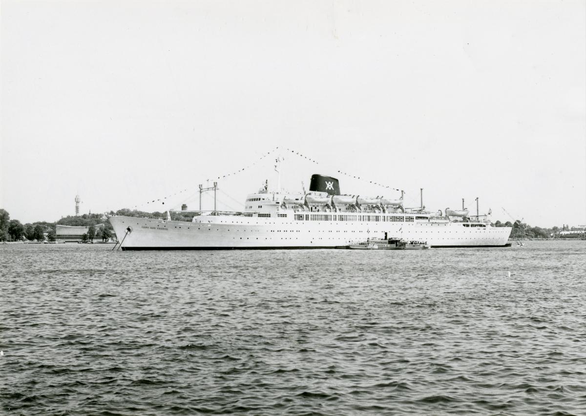 Foto från 1960-talet visande passagerarmotorfartyg CABO SAN VICENTE av Sevilla för ankar på Stockholms ström. Foto: Ossi Janson