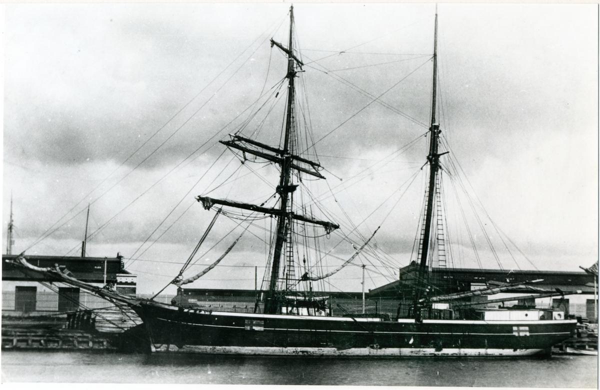 """[från Fotobeskrivning:] """"Sjönk 1918 2 grader SO Enskär lastad med järnskrot. Befälhavare Carl August Lind."""""""