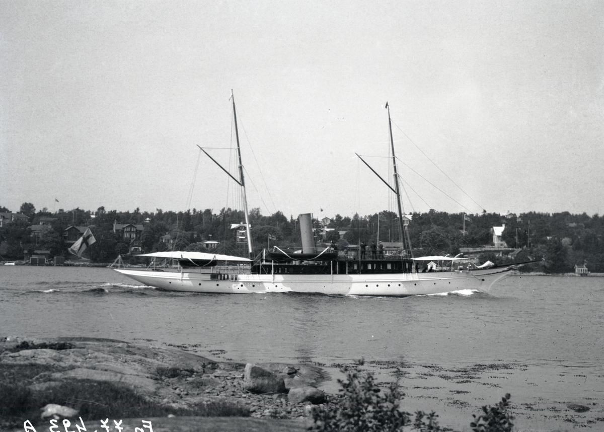 Fartyg: FUJIYAMA                       Bredd över allt 5,54 meter Längd över allt 35,30 meter  Rederi: Wallenberg, Knut Agathon Byggår: 1895 Varv: John Reid & Co., Port Glasgow (UK)