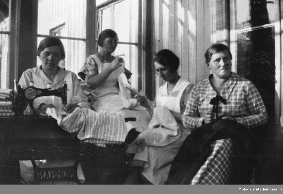 """Personalen i syverkstaden på Streteredshemmet, 1920-30-tal. Andra från vänster är Anna Larsson (född Hasselberg). Där lagade och sydde de barnens kläder. Syrummet var placerat i """"Gamla Försöket"""" tills det på tidigt 1940-tal flyttades till Rättarstugans vindsvåning. Där blev det kvar tills byggnaden revs."""