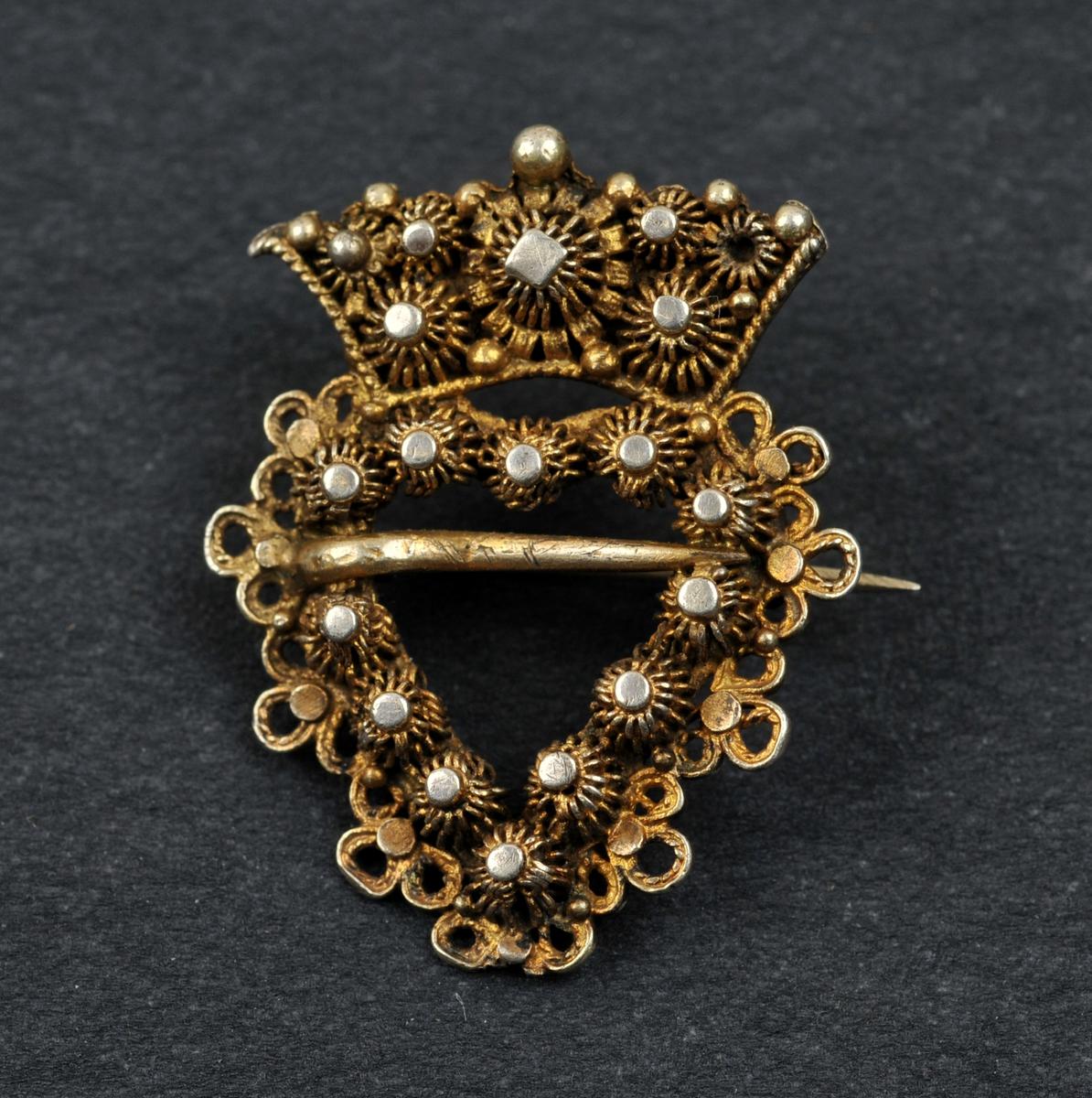 Hjarteforma sprette med krone. Filigransarbeide.