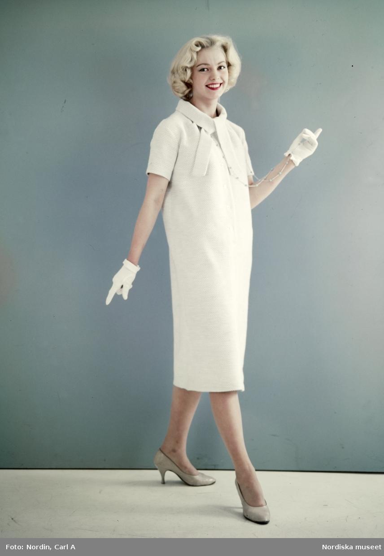 44242a92644b Modell i benvit klänning, halsband, handskar och beige pumps ...