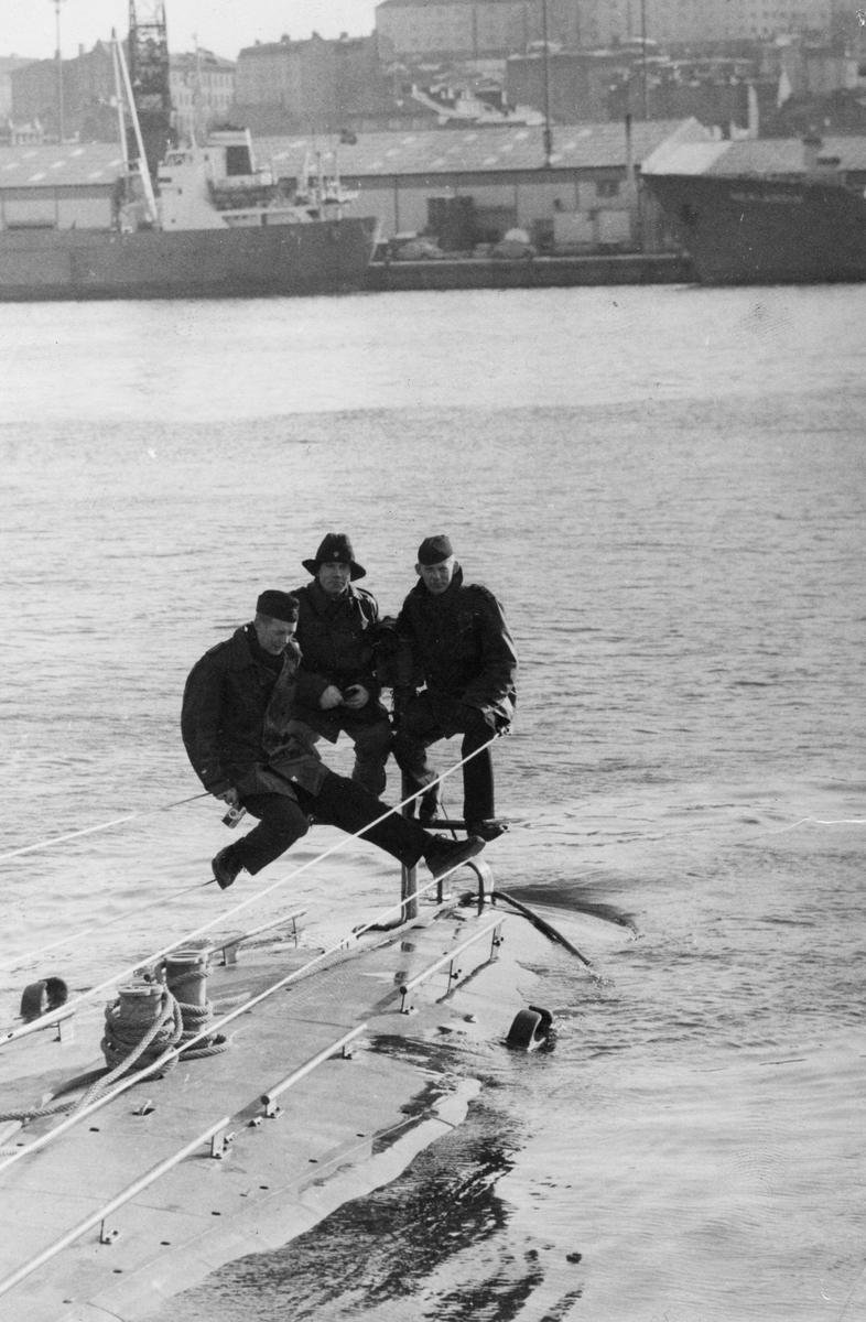 Ubåten Makrillen trimmad för att ladda torpeder i Haraldmagasinet i aktern, år 1967