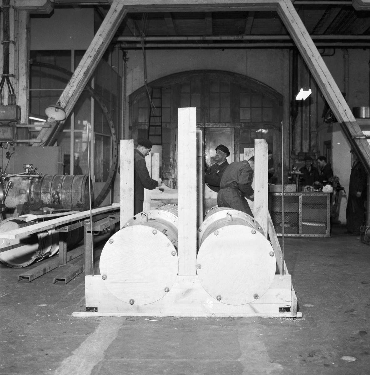 Övrigt: Foto datum: 9/3 1954 Byggnader och kranar Maskinverkstan torpedtuber med detaljer