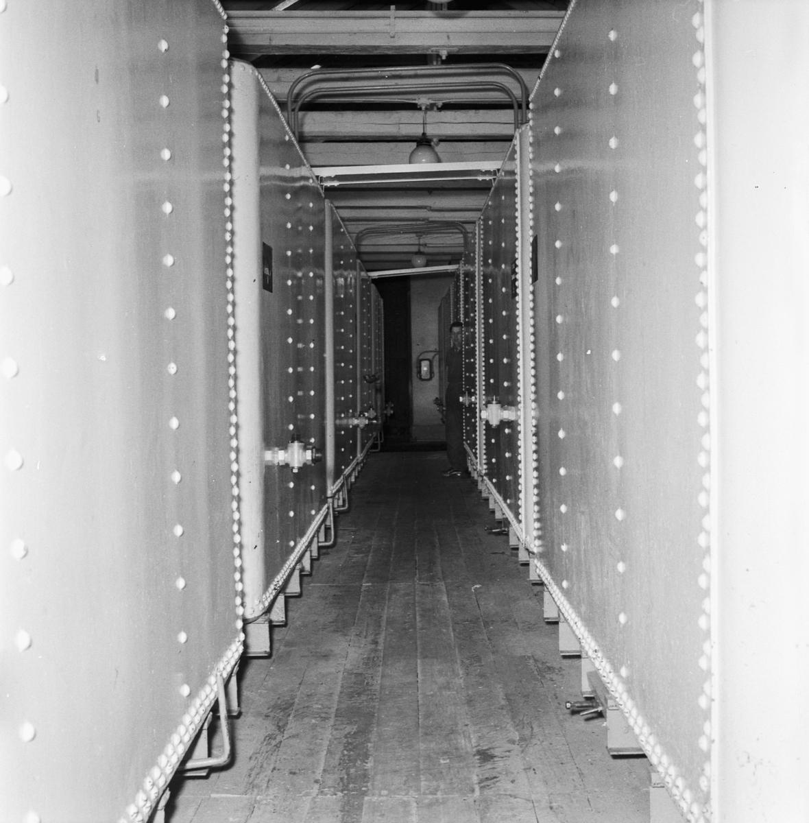 Övrigt: Foto datum: 16/5 1956 Byggnader och kranar Oljefabriken interiör och personal