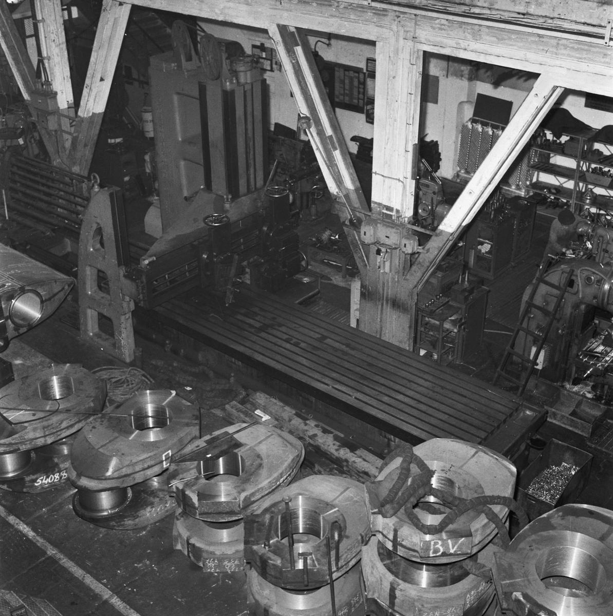 Övrigt: Foto datum: 23/10 1956 Byggnader och kranar Maskinverkstan hyvel. Närmast identisk bild: V9453 och V9454, ej skannade