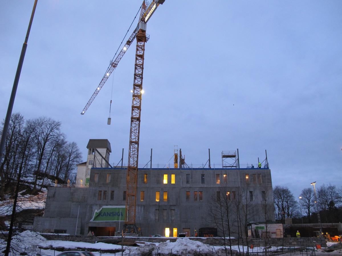 Nytt museums- og arkivbygning på Langsæ under bygging. Sett fra øst. De fire nedre etasjer er på plass.  Byggekran samt en mobilkran.