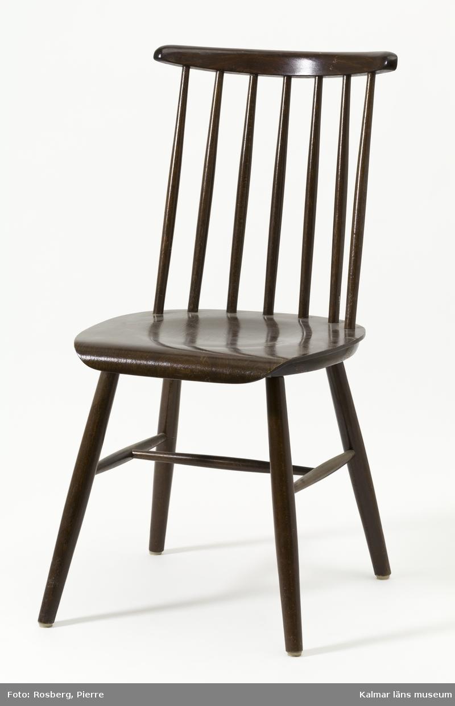 KLM 44965. Stol, pinnstol, trä. Brun stol med 7 ryggpinnar, rundsvarvade ben, tvärslå och sidoslåar. Otydlig stämpel under sitsen.