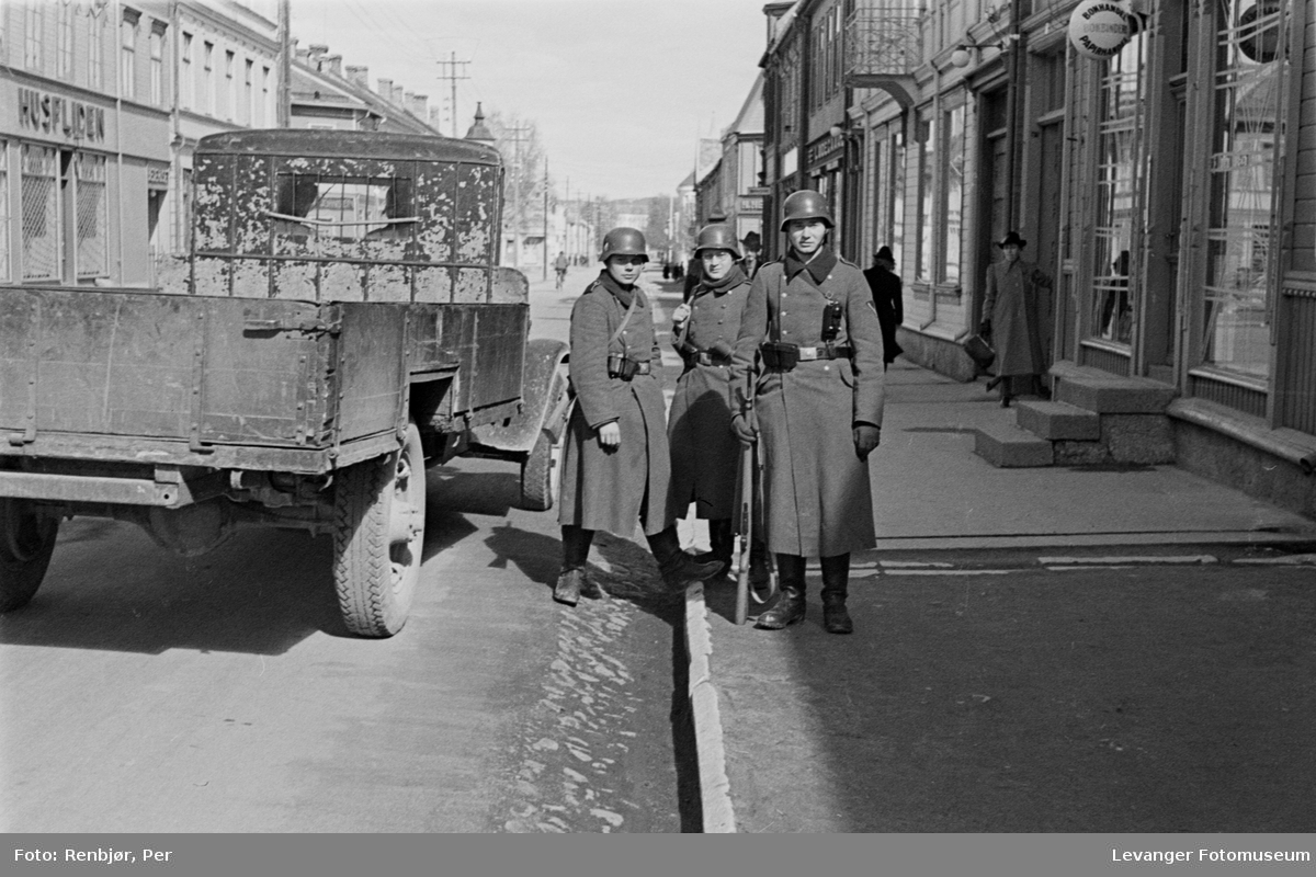 Tre tyske soldater i Kirkegata, Levanger
