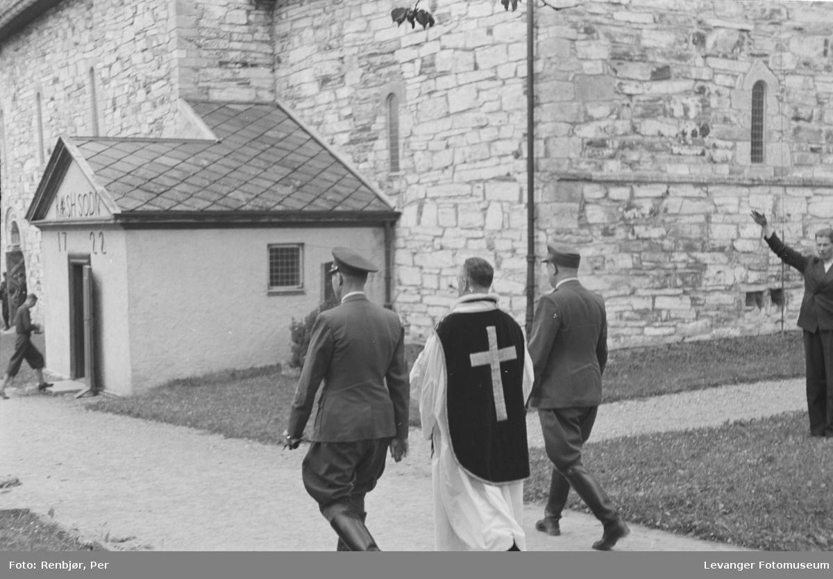 Fra Nasjonal Samlings stevne på Stiklestad. På veg inn i kirka, med konstituert biskop Lothe.