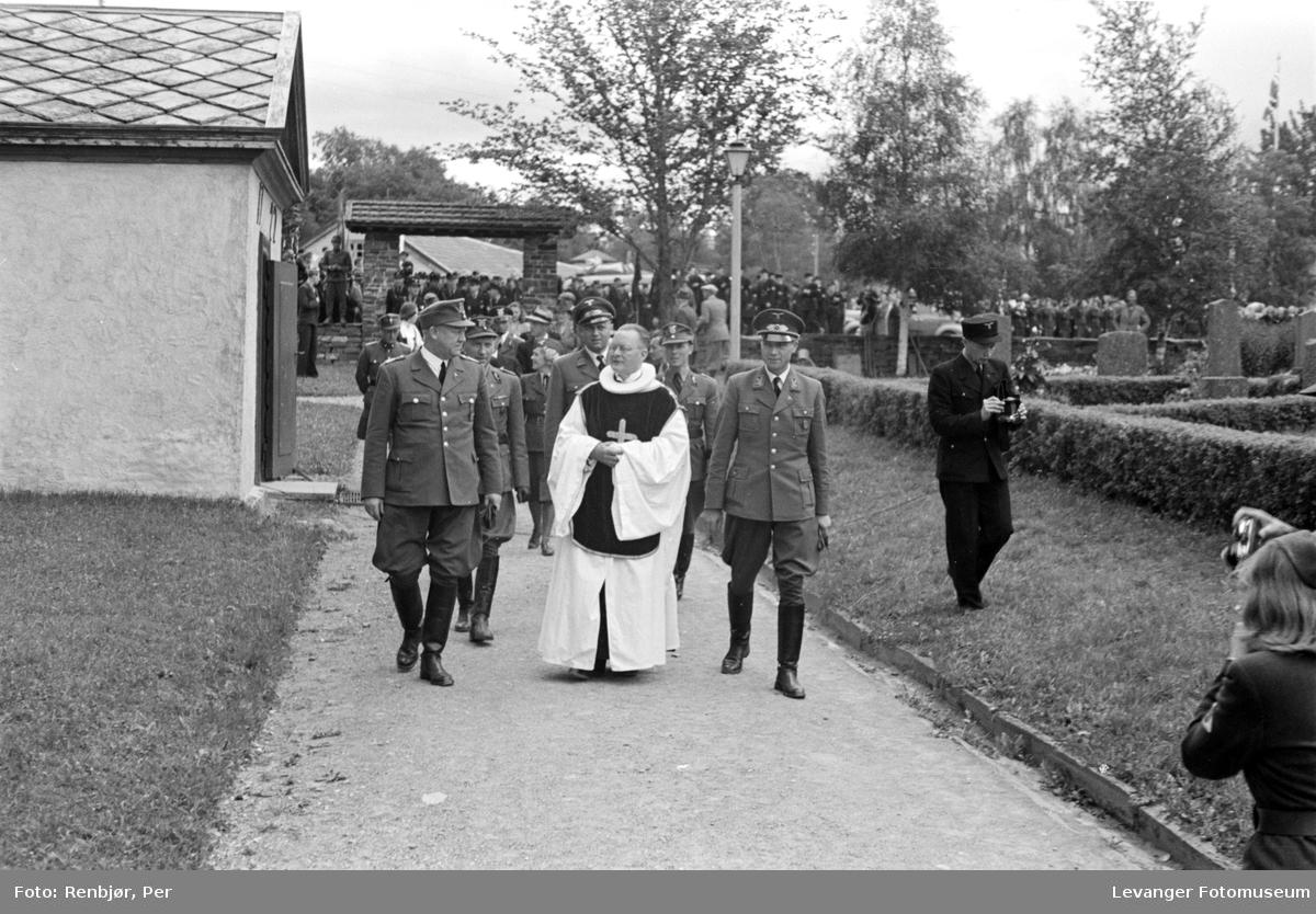 Fra Nasjonal Samlings stevne på Stiklestad. På veg inn i kirka,, med konstituert biskop Lothe.