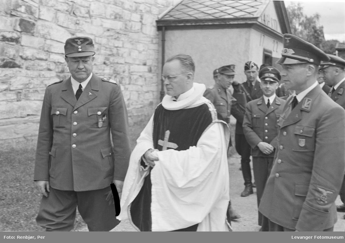 Fra Nasjonal Samlings stevne på Stiklestad, på veg inn i kirka,, med konstituert biskop Lothe.