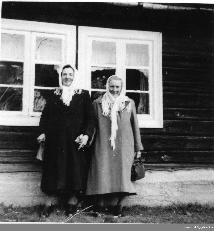 Frå venstre: Kari Fekene og Margit N. Hølto i 1957 på Søre Fekene i 1957